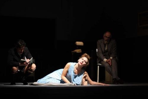 Силвана Пишимарова (Джесика) в сцена от спектакъла
